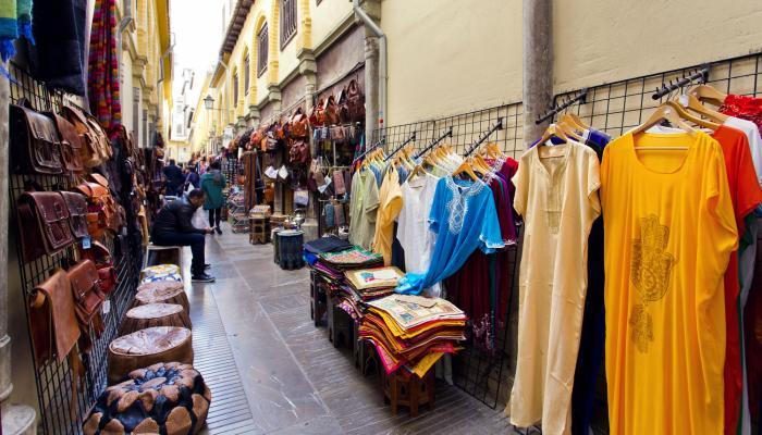Stalls running along the Alcaicería