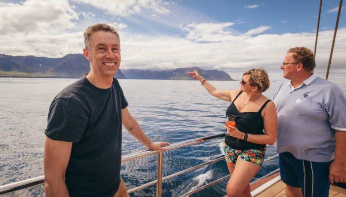 Three travellers enjoying the Icelandic sunshine