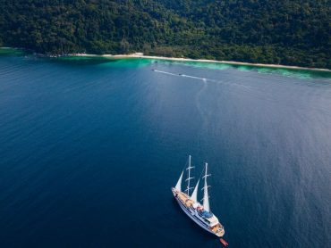 A boat sailing into the Thai islands